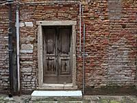 Puerta_en_callejon_de_venecia002.jpg